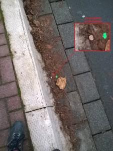 münze an der Bushaltestelle